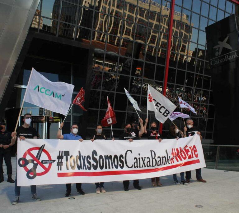 CaixaBank propone reducir el número de despidos en mitad de la huelga de los empleados