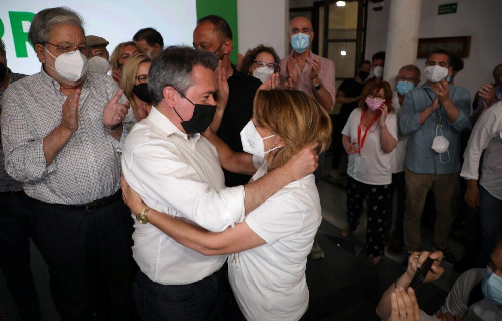 Juan Espadas y Susana Díaz se saludan tras conocerse el resultado de las primarias del PSOE-A.