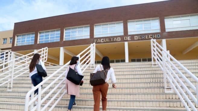 Estudiantes entran a la Facultad de Derecho de la Universidad de Málaga.