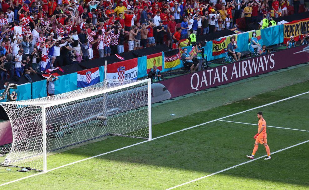 El portero español Unai Simón camina hacia su portería tras el error que supuso el 1-0 ante Croacia