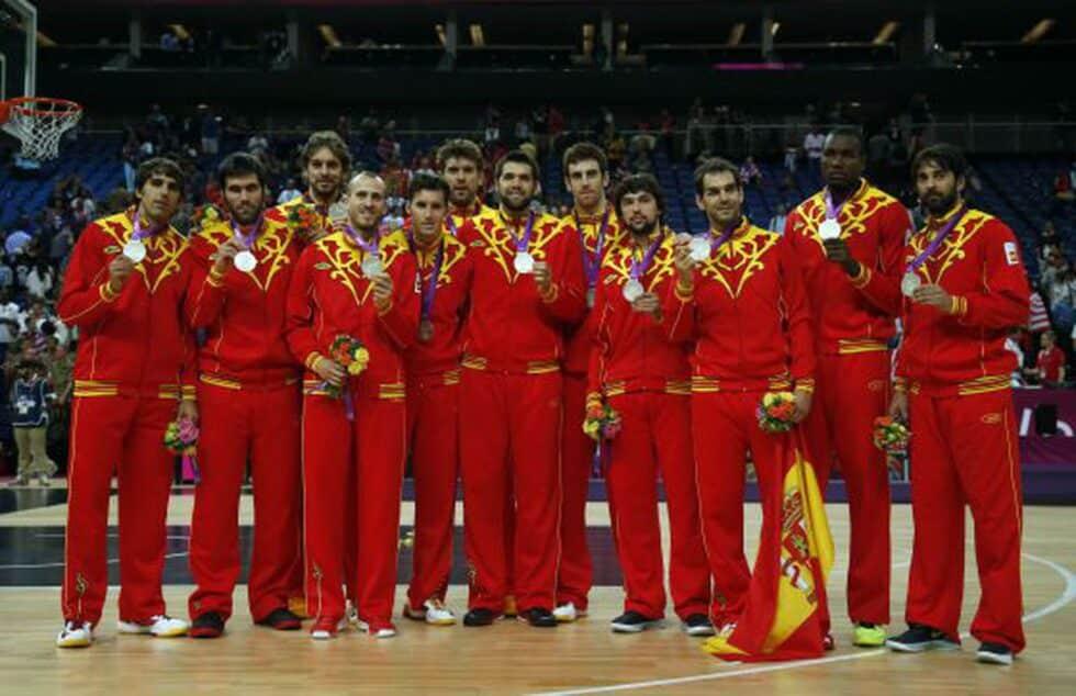 España, en el podio con la medalla de plata tras perder contra Estados Unidos en la final del baloncesto de Londres 2012