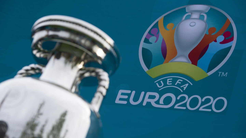 Imagen de la copa que recibirá el campeón de la Eurocopa y el logo del torneo 2020