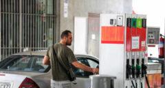 Una persona pone gasolina en su coche en una gasolinera de Madrid.