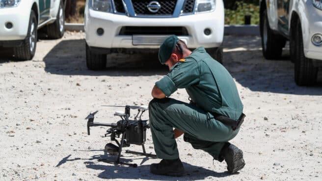 Un agente de la Guardia Civil, preparando un dron en un operativo.