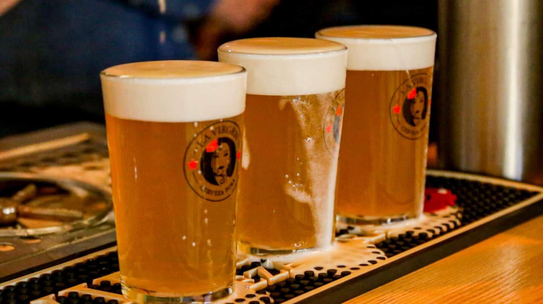Imagen de unos vasos con cerveza.