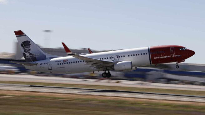 Un avión de Norwegian despegando.