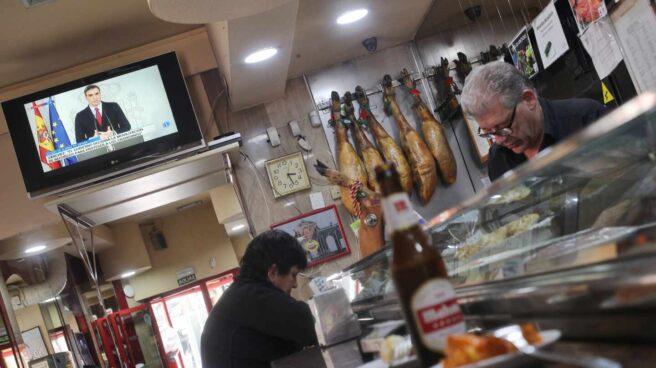 Una televisión de un bar de Madrid emite el discurso de Sánchez en el que decretó el primer estado de alarma por el Covid.