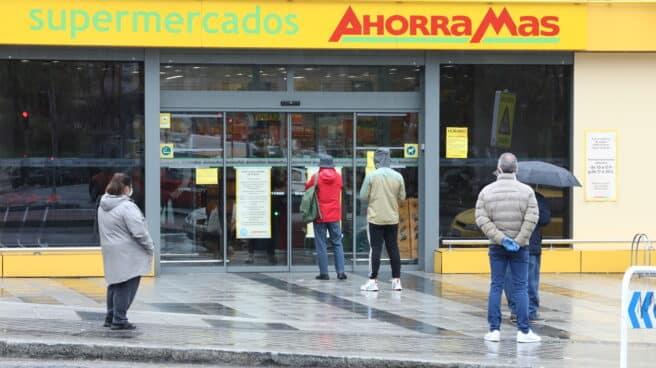 Imagen de la entrada de un supermercado de Ahorramás.