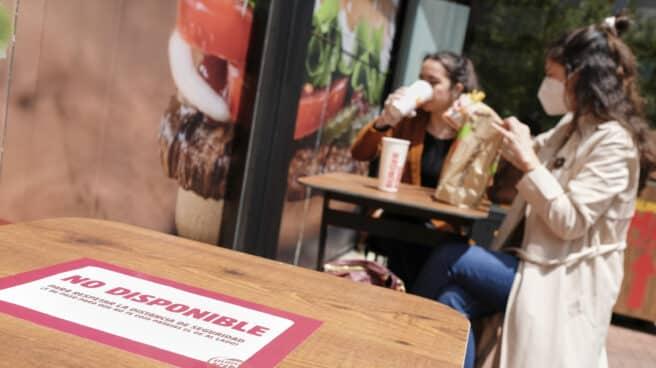 Varios clientes consumen en un establecimiento de Burger King
