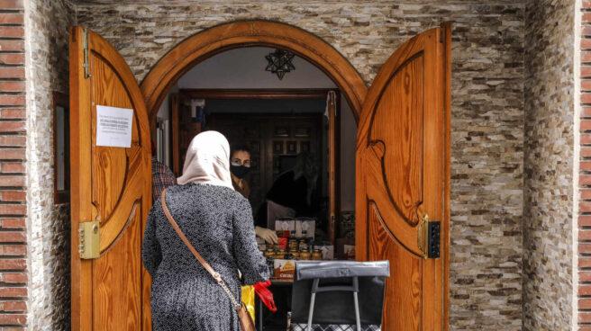 Una mujer musulmana ataviada con un hiyab acude a una mezquita en Valencia.