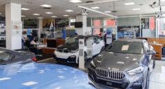 Vehículos en el interior de un concesionario BMW.