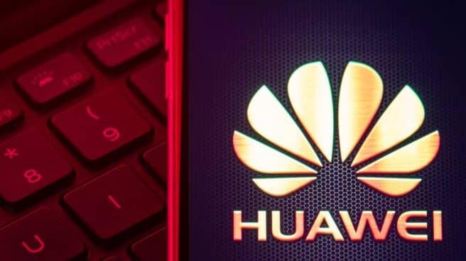 Montaje de un ordenador con el logo de Huawei
