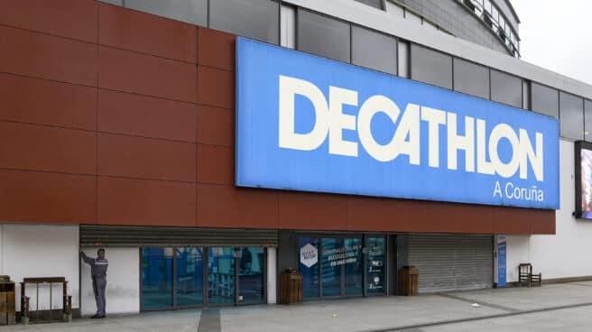 Tienda de Decathlon cerrada en el centro comercial Marineda.