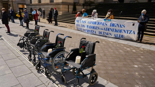 Varias sillas de ruedas en una manifestación en homenaje a los residentes fallecidos por coronavirus en la Plaza de la Diputación de Vitoria, País Vasco.
