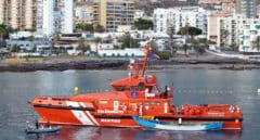 Vuelca una patera en Lanzarote y los vecinos se tiran al agua para socorrer a los migrantes