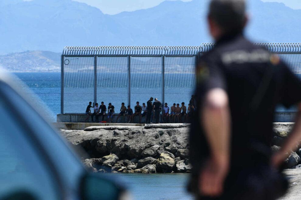 Un grupo de migrantes marroquíes en las inmediaciones de la valla de Ceuta