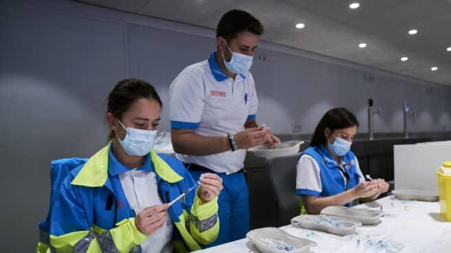 Varios sanitarios preparan las vacunas de la dosis de Pfizer en el Wanda Metropolitano.