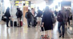 Una pasajera en la terminal T4 del Aeropuerto Adolfo Suárez - Madrid Barajas.