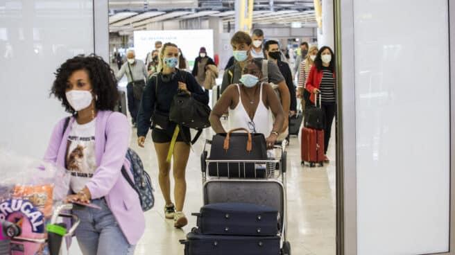 Pasajeros en el aeropuerto de Barajas.