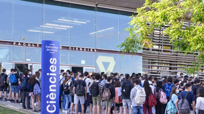 Alumnos en la Universidad de Girona antes de la Selectividad.