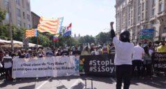 """Gritos de """"Yolanda dimisión"""" de 'riders' que exigen ser autónomos a las puertas del Congreso"""