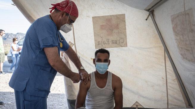 Un jornalero recibe la vacuna contra el Covid-19, en un dispositivo a cargo de Cáritas y Cruz Roja, en un asentamiento de Níjar