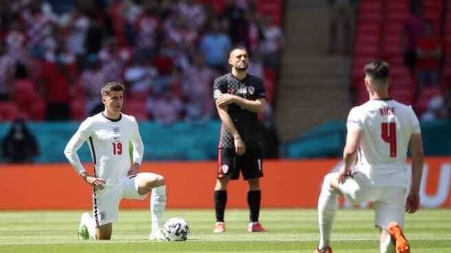 Los futbolistas de Inglaterra se arrodillan en su partido ante Croacia en la Eurocopa.
