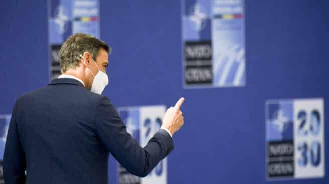 El presidente del Gobierno, Pedro Sánchez, saluda a su llegada a la reunión de jefes de Estado y de Gobierno de la OTAN, a 14 de junio de 2021, en Bruselas (Bélgica).