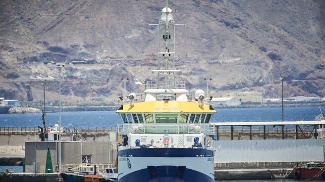 Momento en el que el buque oceanográfico 'Ángeles Alvariño' parte del puerto de Santa Cruz de Tenerife.