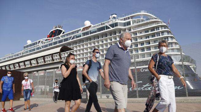 Turistas del buque crucero Mein Shiff 2 caminan por el puerto de Málaga.