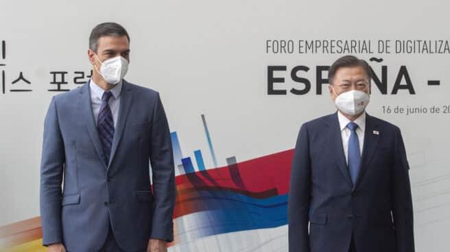 El presidente del Gobierno, Pedro Sánchez, y el presidente de la República de Corea, Moon Jae-in