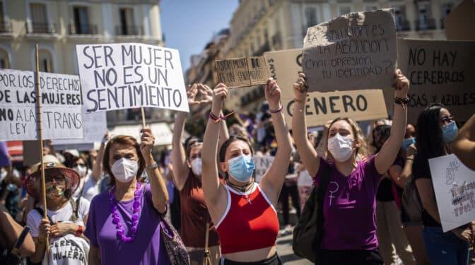 """Los bandazos del PSOE en la 'ley Trans' irritan a todos: """"Es la prisa por subirse a una carroza"""""""