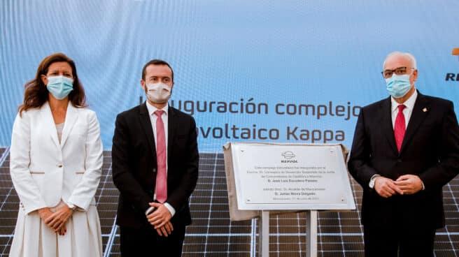 La Directora General de Cliente y Generación Baja en Carbono de Repsol y Presidenta de Repsol Electricidad y Gas, María Victoria Zingoni; el Consejero de Desarrollo Sostenible de Castilla-La Mancha, José Luis Escudero; y el Alcalde de Manzanares, Julián Nieva, en la inauguración de Kappa.