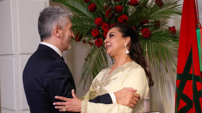 Karima Benyaich, embajadora de Marruecos en España, saluda al ministro del Interior, Fernando Grande-Marlaska, en una recepción por el XX aniversario de la subida al trono de Mohamed VI