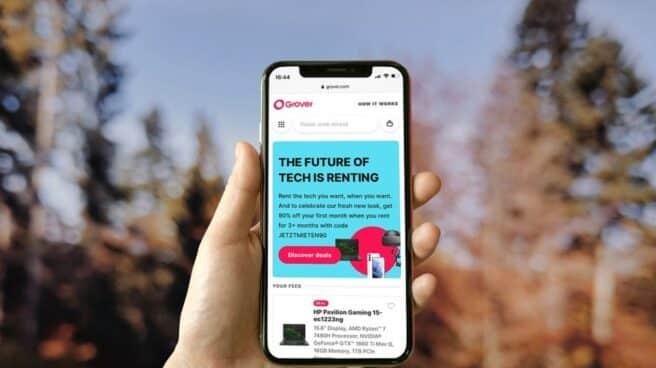 Primer plano de una mano sujetando un smartphone con la aplicación de Grover