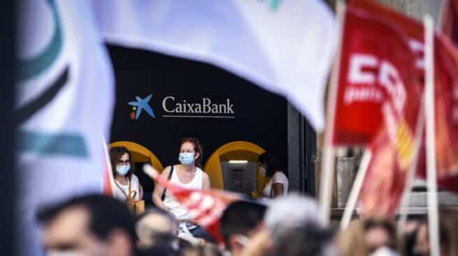 Un grupo de empleados de CaixaBank protesta contra la entidad financiera por el ERE previsto para miles de empleados, a 22 de junio de 2021, en Valencia