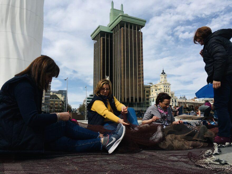 Un grupo de rederas en la plaza de Colón de Madrid