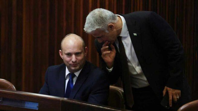 Naftali Bennett y Yair Lapid conversan en el Parlamento israelí