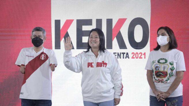 Keiko Fujimori, candidata de la derecha a la Presidencia de Perú, saluda a sus seguidores tras la votación