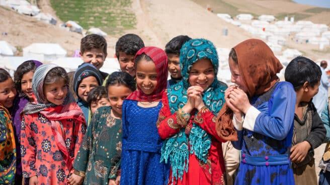 Niñas en campamentos improvisados para desplazados en Afganistán.