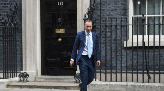 Dimite el ministro de Sanidad británico por incumplir el distanciamiento social para ver a su amante