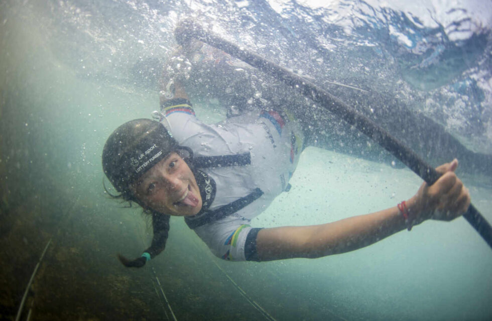 La canoísta Mallory Franklin, debajo del agua durante una competición en 2019