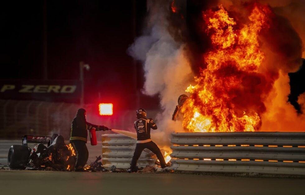 El piloto Romain Grosjean intenta escapar de su Fórmula 1 después de que saliera ardiendo tras un choque en el Gran Premio de Bahréin 2020