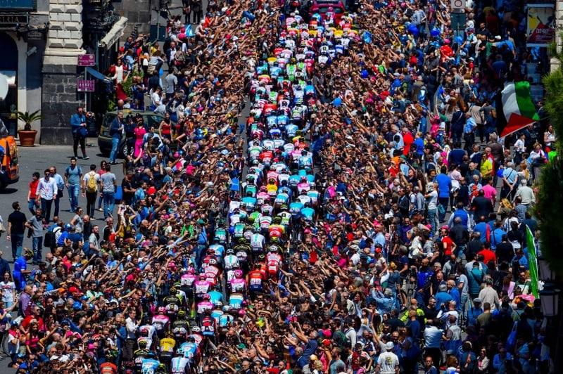 Cientos de personas saludan a los ciclistas durante una etapa del Tour de Francia de 2018