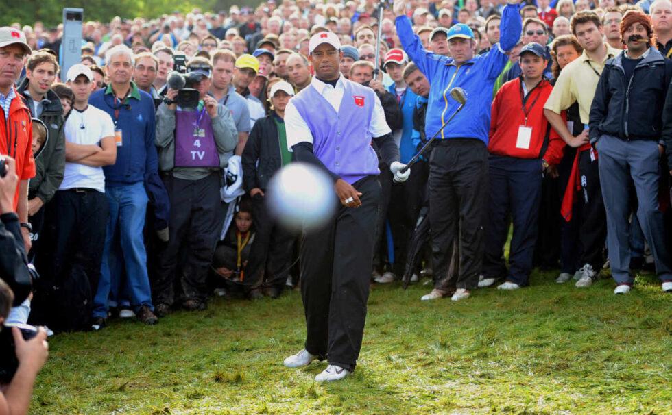 El golfista Tiger Woods golpea a una bola en el año 2010