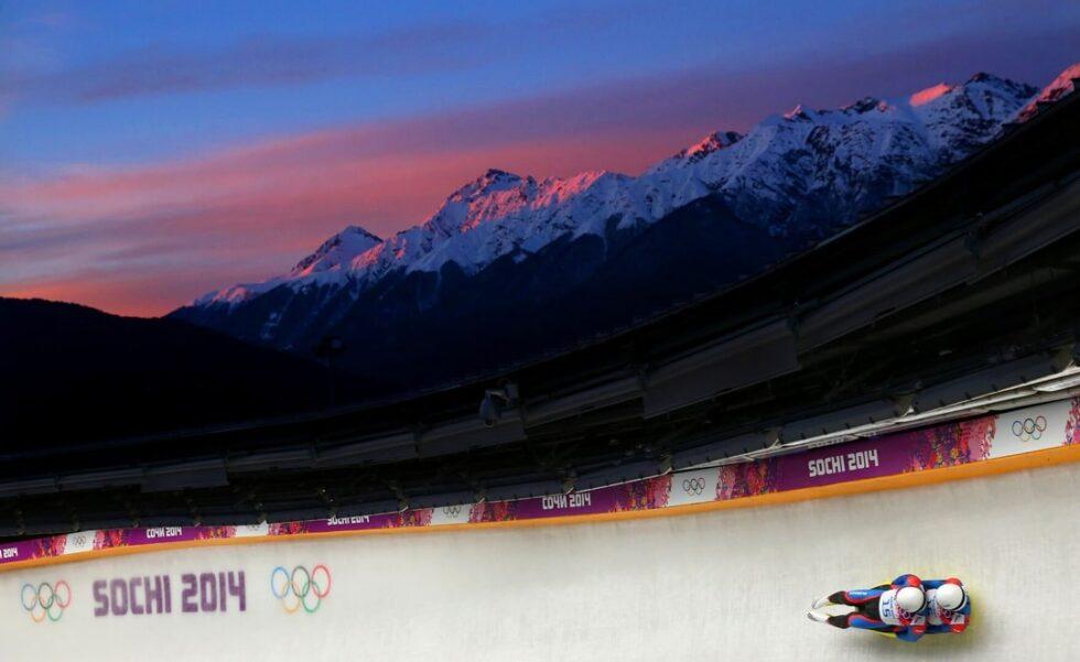 Una pareja de lugers bajan a toda velocidad por el tubo de hielo en los Juegos Olímpicos de Sochi 2014