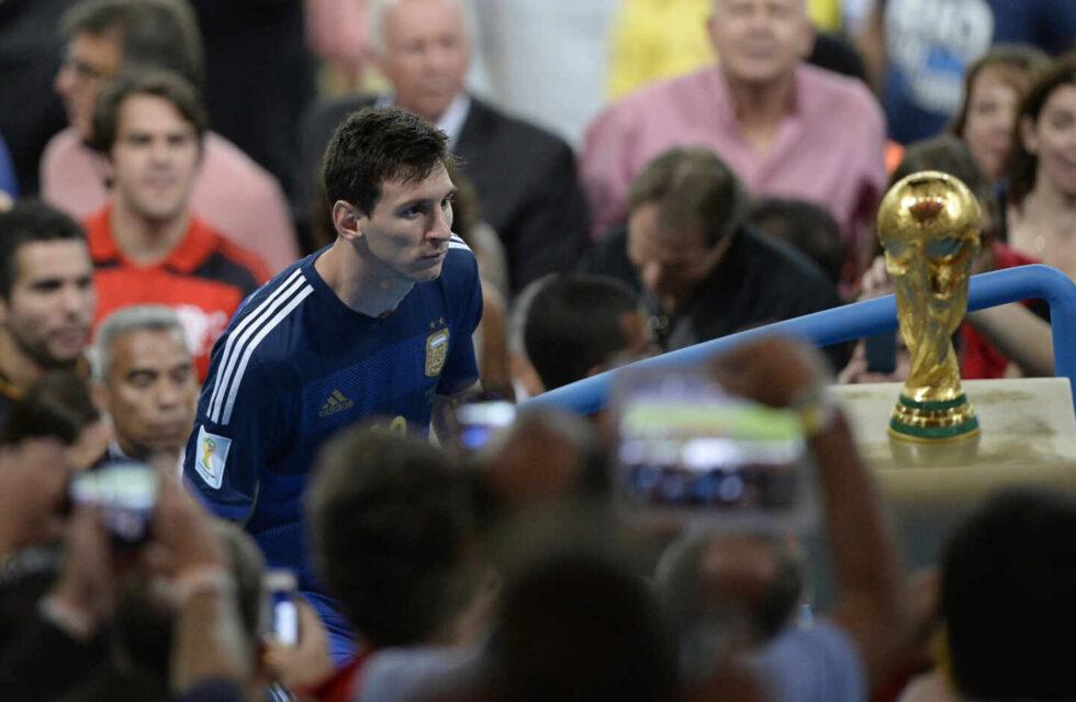 Lionel Messi pasa al lado de la copa tras perder la final del Mundial de Brasil 2014