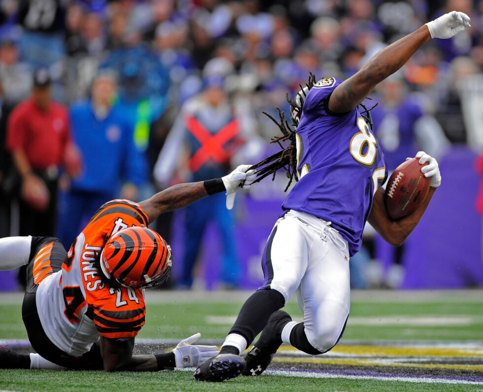 Un jugador agarra a otro del pelo en un partido de la NFL en la temporada 2006