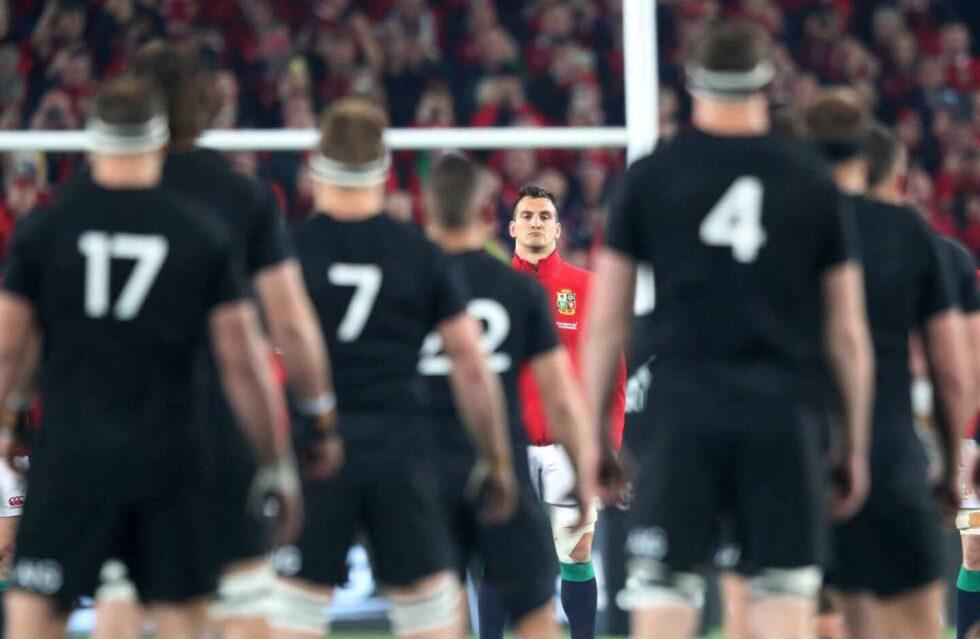 El jugador de Gales Sam Warburton observa a los neozelandeses realizar una hacka durante un partido en 2017
