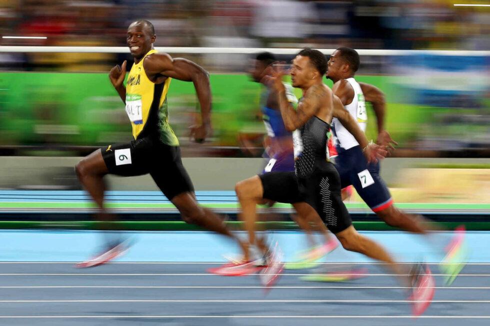 Usain Bolt sonríe a la cámara durante la final de los 100 metros de los Juegos Olímpicos de Río 2016